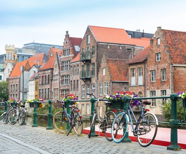 Biciclette e facciata di edificio antico, vecchia città europea. turismo estivo e viaggi, famoso punto di riferimento europeo, luoghi popolari