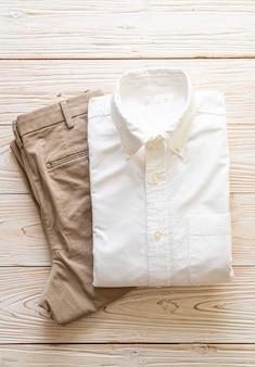 Pantalone biege con camicia bianca