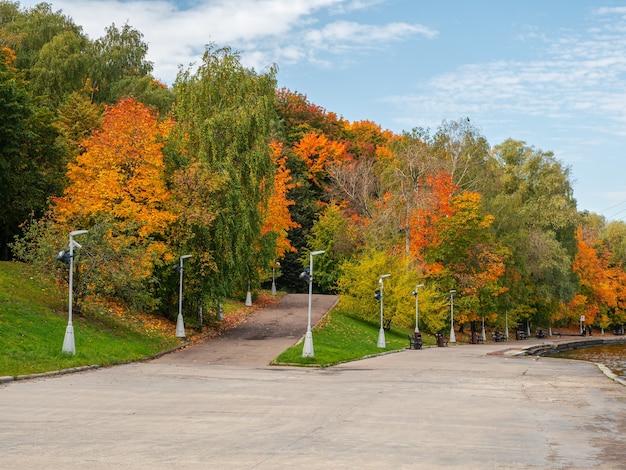 Biforcazione della strada. argine d'autunno del fiume moscova. le colline dei passeri. russia.