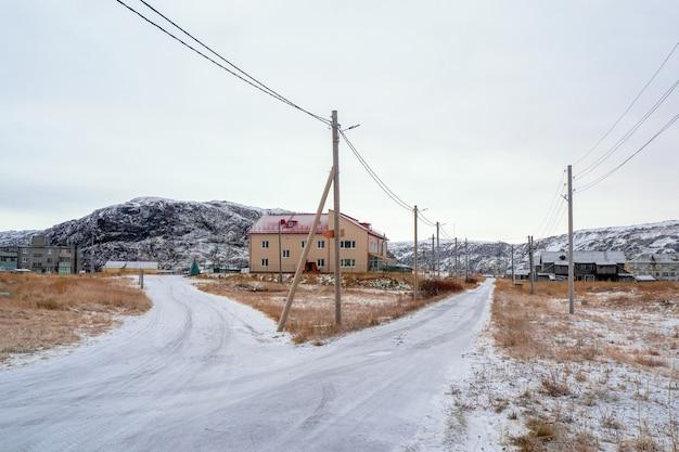 Biforcazione della strada vecchio villaggio autentico di teriberka
