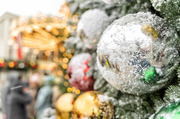 Una grande palla sui venti nevosi di un albero di natale.