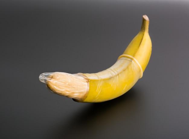 Grande banana con preservativo