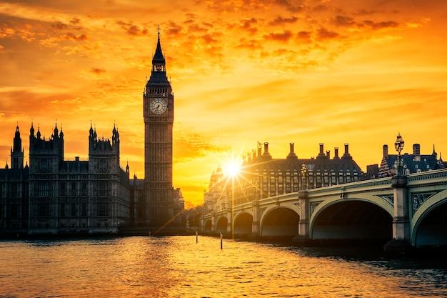 Big ben e westminster bridge al tramonto, londra, regno unito