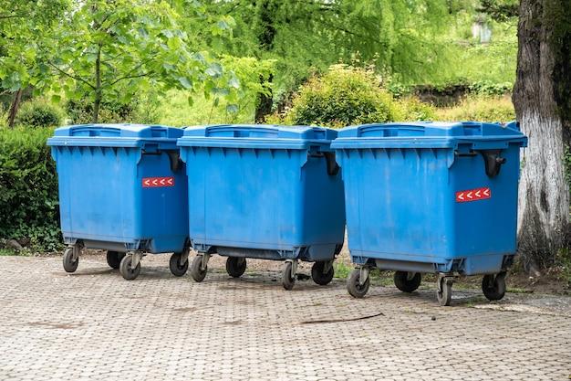 Grandi contenitori di riciclaggio blu nel parco poti, georgia