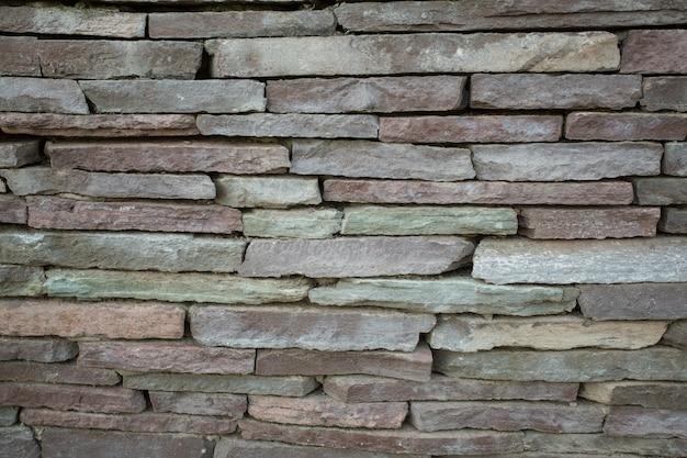 Grandi piastrelle di rivestimento marrone e grigio sullo sfondo della parete