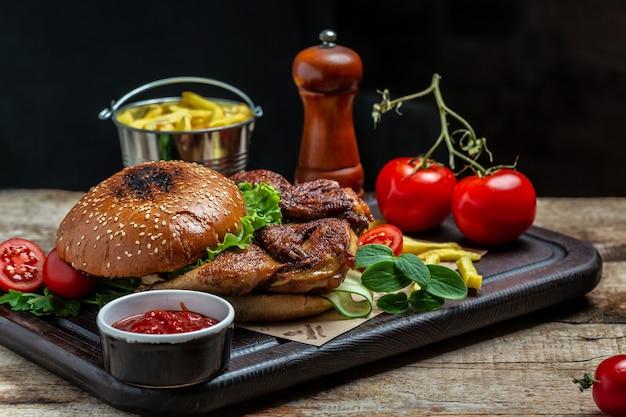 Big burger con pollo, birra e patatine fritte, hamburger con patatine fritte e salse. banner, menu, posto ricetta per il testo.