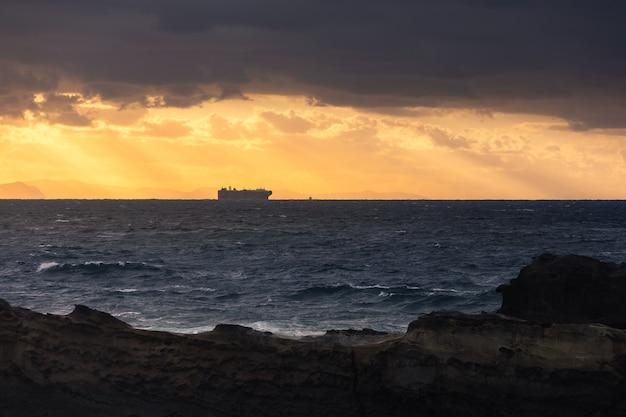 Grande nave da carico che naviga nell'oceano atlantico.