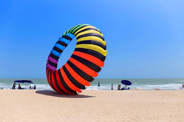 Grande variopinto dell'aquilone dell'aerostato sulla spiaggia in tailandia
