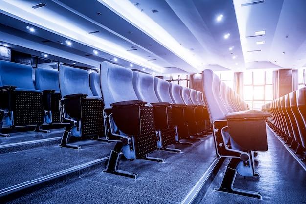 Grande sala conferenze in blu