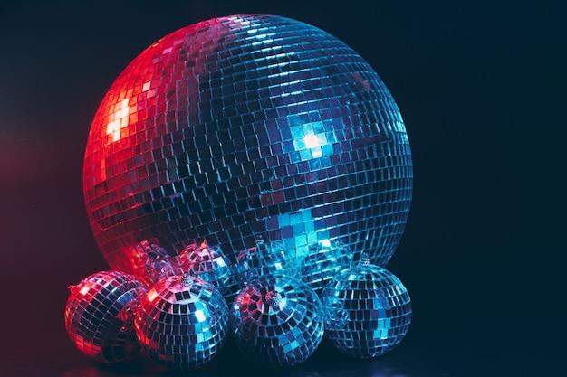 Grande palla da discoteca da vicino su sfondo scuro