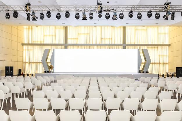 Grande seminario moderno vuoto, sala conferenze con schermo del proiettore