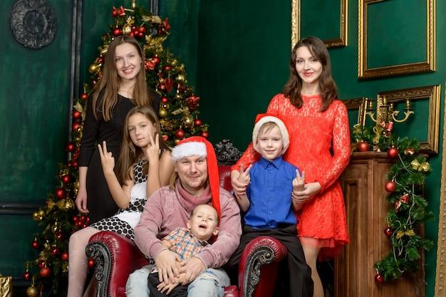 Grande famiglia grande famiglia alla vigilia di natale. concetto di vacanza