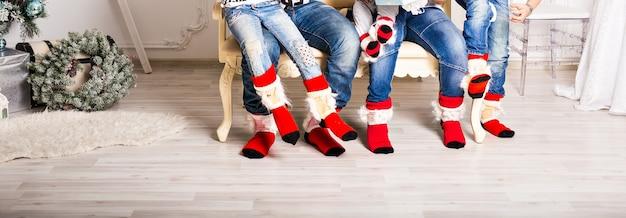 Grande famiglia di padre, madre, sorella, fratello e bambino con i calzini di natale