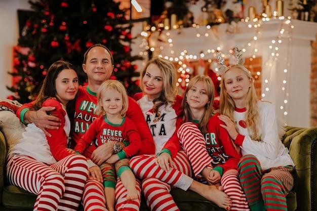 Grande famiglia di sei persone in pigiama natalizio