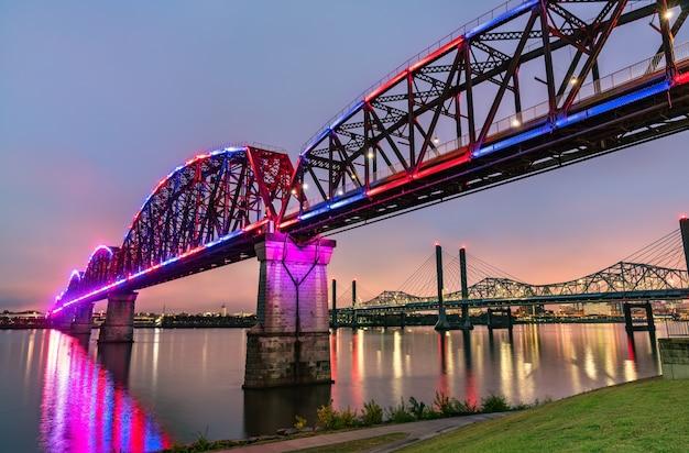 Il big four bridge sul fiume ohio tra louisville, kentucky e jeffersonville, indiana