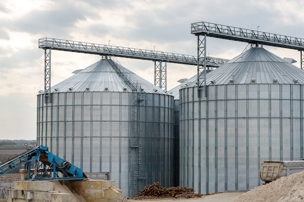 Grandi silos di grano in una fattoria