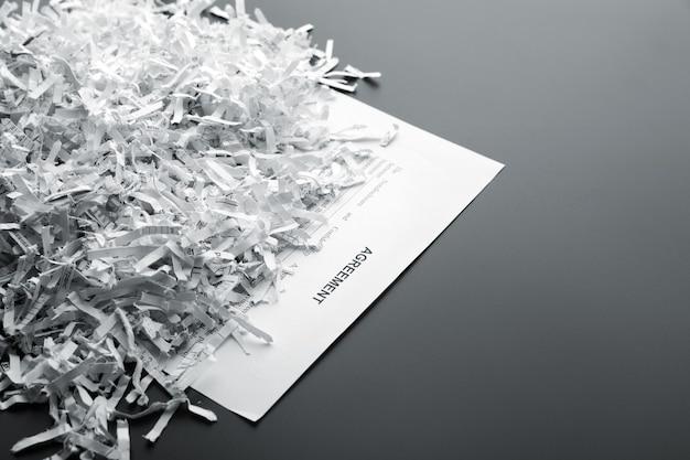Grande mucchio di fogli bianchi triturati sulla lista con un accordo