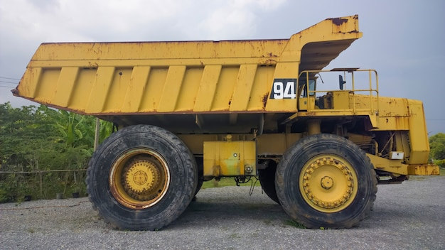 Vista laterale dell'autocarro con cassone ribaltabile giallo grande e pesante