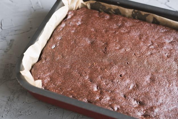 Grande torta brownie al cioccolato fatta in casa cotta in una padella di metallo