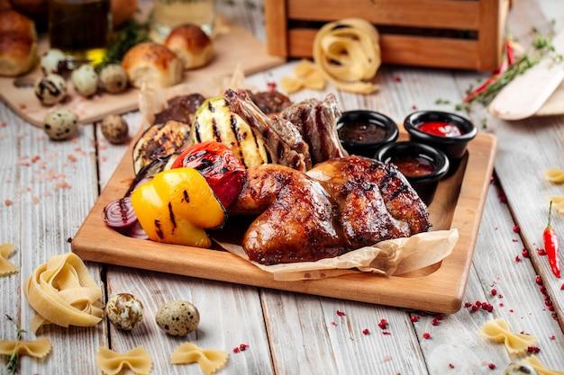 Grande barbecue caldo altopiano di carne e verdure
