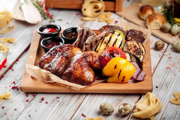 Altopiano di verdure di carne shashlyq barbecue grande caldo Foto Premium