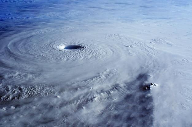 Grande uragano dallo spazio. gli elementi di questa immagine sono stati forniti dalla nasa. foto di alta qualità