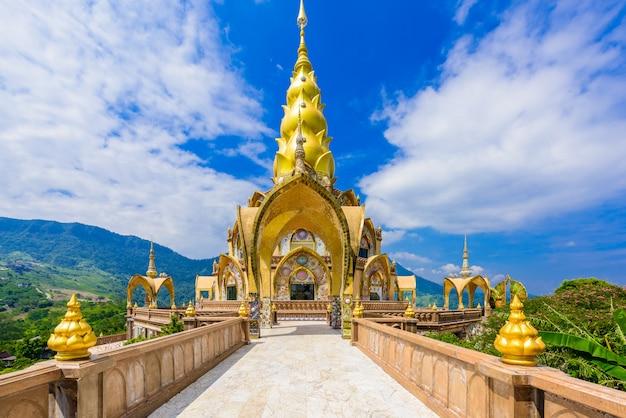 Grande pagoda principale in tempio di wat phra that pha son kaew a phetchabun tailandia