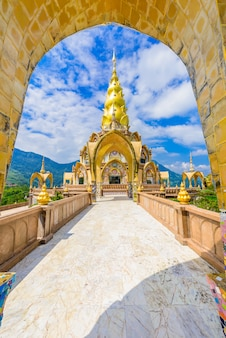Grande pagoda principale in tempio wat phra that pha son kaew