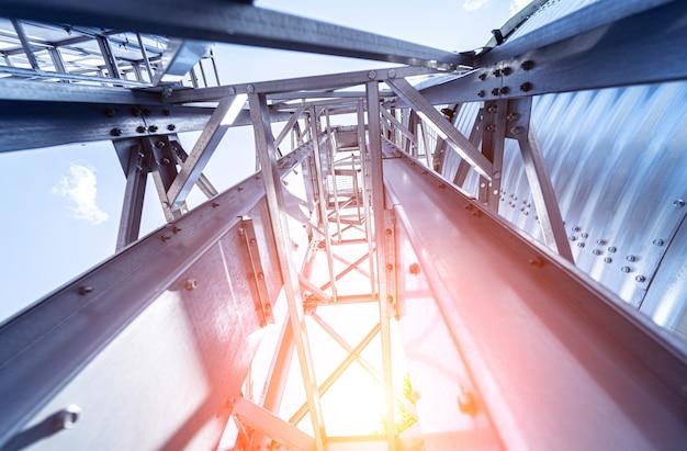 Grandi silos moderni per lo stoccaggio del raccolto di grano