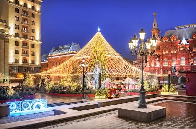 Grande albero di capodanno in piazza manezhnaya a mosca vicino al museo storico in una notte d'inverno