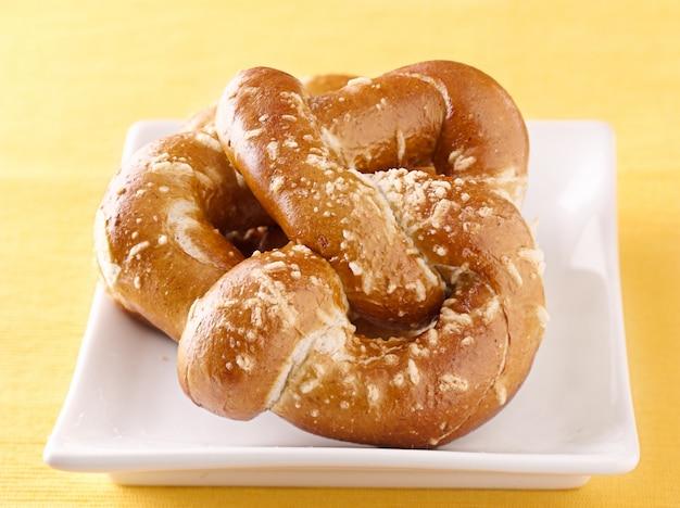 Grande pretzel su un piatto con sale
