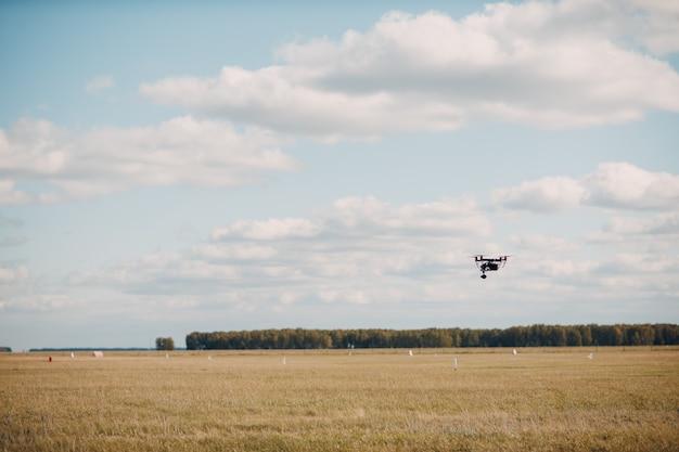 Grande drone quadricottero durante il volo aereo e le riprese