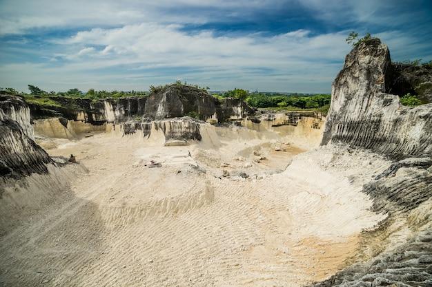 Grande cava in indonesia madura isola goa kapur con roccia bianca