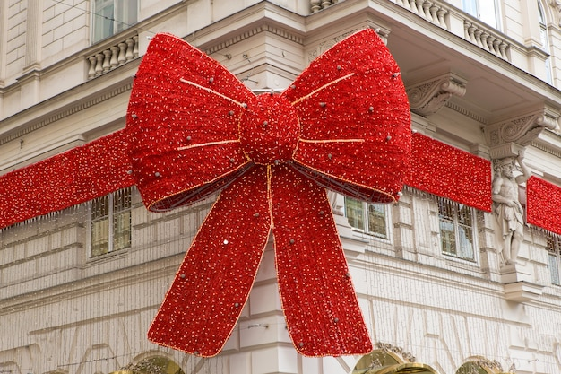 Un grande fiocco rosso su un edificio natalizio in europa. budapest, ungheria.