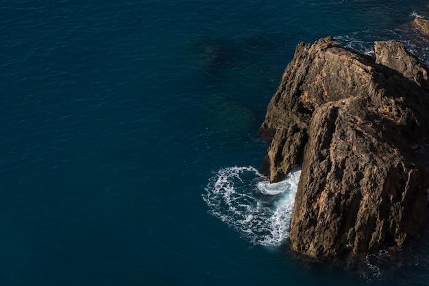 Grandi rocce e un tranquillo paesaggio marino