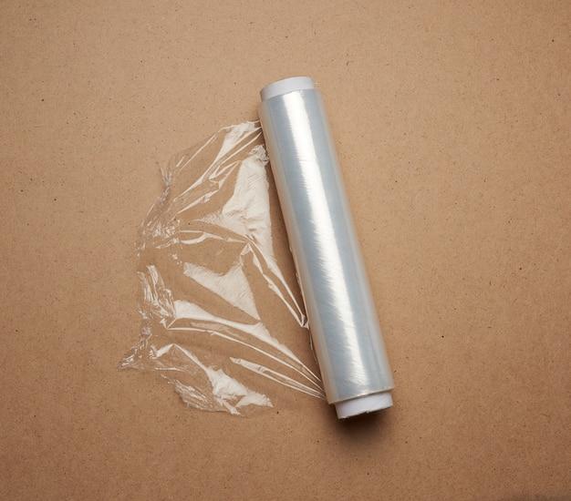 Grande rotolo di pellicola trasparente bianca avvolta per il confezionamento di alimenti