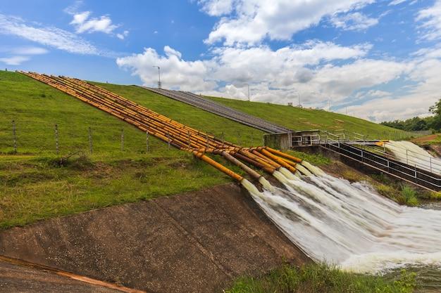 Grande tubo d'acciaio per il drenaggio dalla diga per evitare inondazioni.