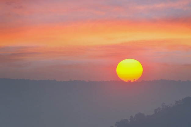 Grande sole e nebbia all'alba, al mattino, bilanciamento del bianco arancione all'alba
