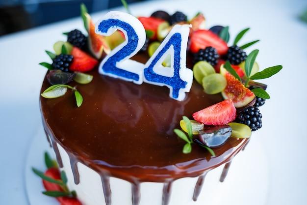 Torta nuziale grande e dolce per gli sposini