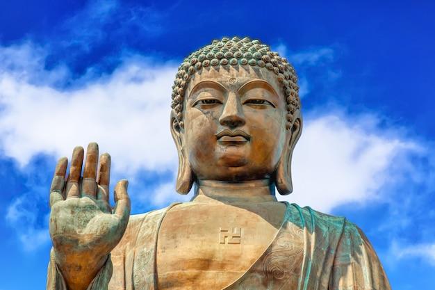 Il grande tian tan buddha al po lin monastery di hong kong durante il giorno soleggiato di estate.
