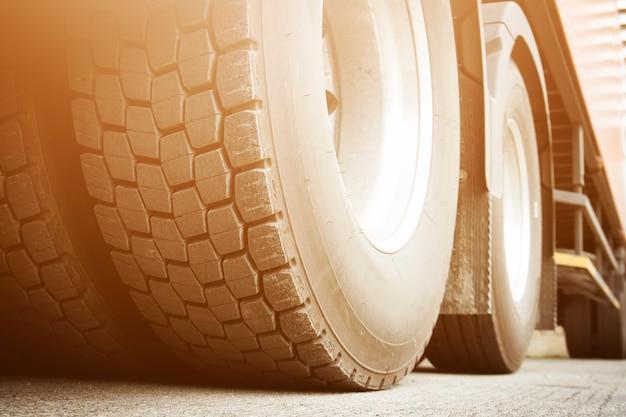Un grande camion ruote industria dei pneumatici trasporto su camion per il trasporto di merci su strada