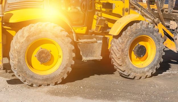 Grandi ruote dell'escavatore a terra. sfondo di foto di macchinari pesanti