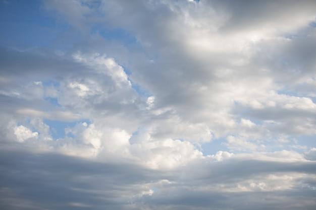 Grandi nuvole bianche in un primo piano del cielo blu. c'è un posto per il testo. il concetto di pulizia nella natura e cura della natura