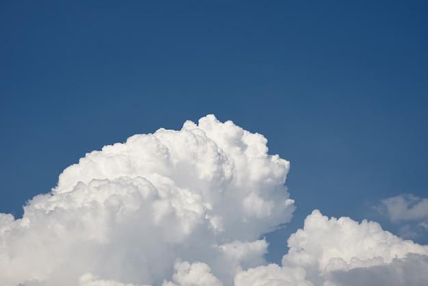 Grandi soffici nuvole bianche sul cielo blu chiaro. fondo del cielo nuvoloso con lo spazio della copia. cumulo da vicino