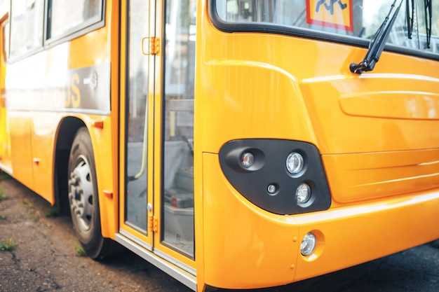 Grande scuolabus giallo, ritorno a scuola, consegna dei bambini a scuola