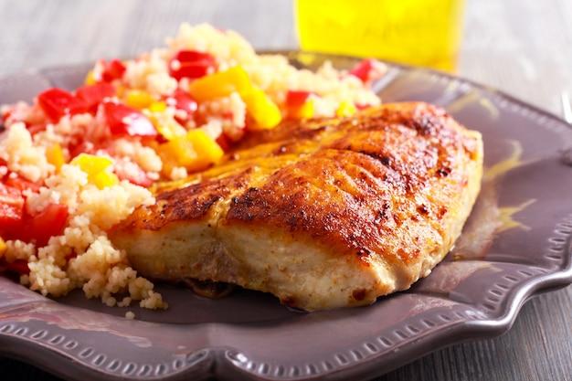 Carpa bighead pesce fritto e cuscus vegetale sulla piastra