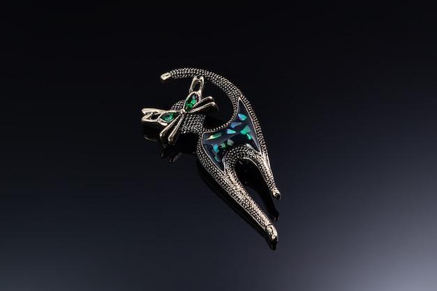 Bigiotteria e gioielli su una superficie scura. anelli, bracciali e ciondoli.
