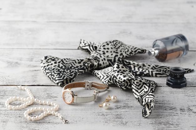 Perla di bigiotteria sulla tavola di legno bianca