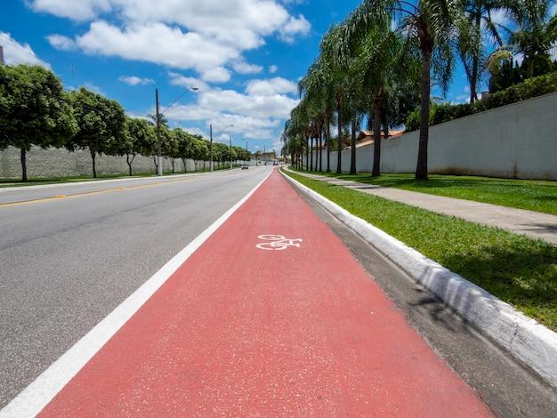 Pista ciclabile con segnaletica per biciclette a pavimento