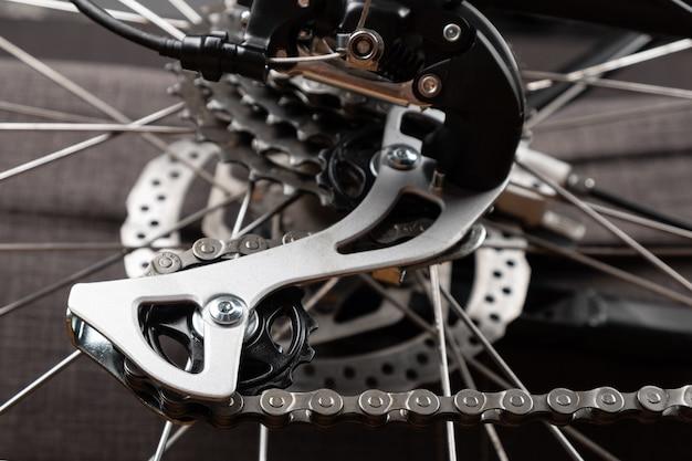 Primo piano del deragliatore posteriore della bici, manutenzione della bicicletta